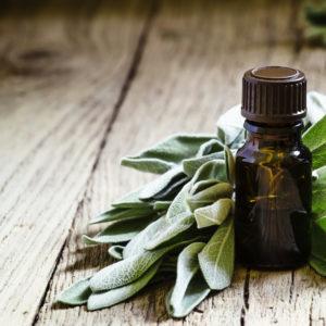 Bottle Vintage, Sage oil, wooden table, focus, aromatherapy, tout savoir sur l'aromathérapie, qu'est ce que l'aromathérapie, comment faire de l'aromathérapie, médecine douce