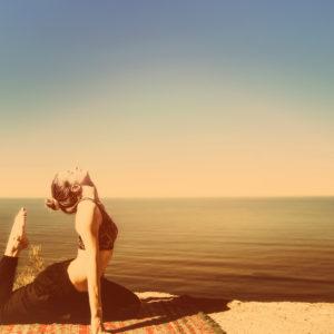 postures de yoga, postures du matin, détente, bien-être, yoga, océan, yoga devant l'océan, yoga plage, holissence