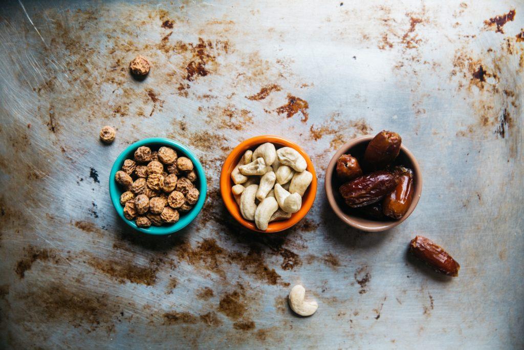 Toppings salés, quoi manger quand on a une petite faim, graines, topping salés, assortiments de graine, cacahouète, vivre mieux, manger mieux, holissence, holissense